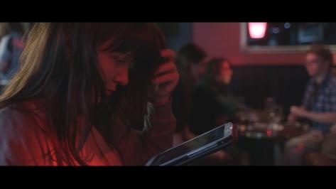 Mirja pelaa baarissa